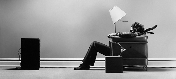 how-to-choose-a-hi-fi-ampifier-man-listening-to-music